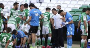 Alexis da instrucciones a sus jugadores durante la pausa de hidratación del Betis-Osasuna (Foto: J. M. Serrano).