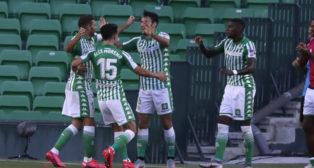 Joaquín, Álex Moreno y Emerson celebran con Pedraza el gol que subía el 2-0 en el Betis-Osasuna (Foto: J. M. Serrano).