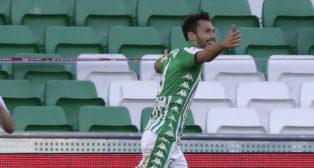 Pedraza celebra el gol que suponía el 2-0 en el Betis-Osasuna (Foto: J. M. Serrano).