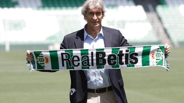 Pellegrini posa con la bufanda del Real Betis en su presentación oficial (Foto: Juan Flores).