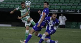 Joaquín dispara ante Manu García y Laguardia durante el Betis-Alavés (Foto: Raúl Doblado).