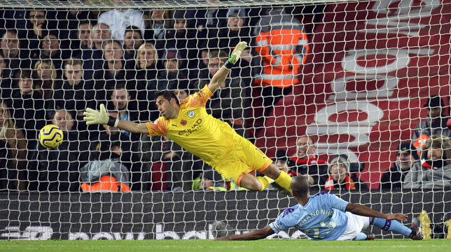 Claudio Bravo, en un partido con el Manchester City