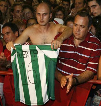 Real Betis: Un aficionado del Betis con el nombre de Puerta en su camiseta