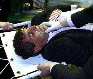 Real Betis: Imagen del entonces entrenador sevillista Juande Ramos tras recibir un botellazo
