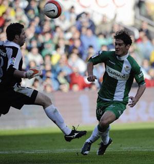 Real Betis: Edu, en la jugada que reclamó penalti