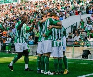 Betis: Los jugadores celebran uno de los goles marcados al Cádiz