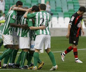 Betis: Los jugadores del Betis se abrazan en uno de los goles ante el Rayo