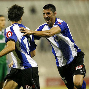 Betis: Danciulescu celebra un gol esta temporada junto a Sendoa