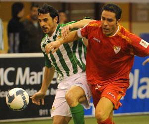 Betis: Jaime y Juan Carlos pugnan por un balón