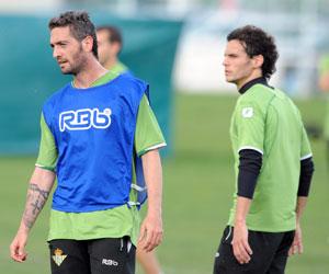 Betis: Arzu, junto a Capi, en el entrenamiento de ayer