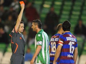 Arzu comenzó su ciclo de tarjetas ante el Huesca