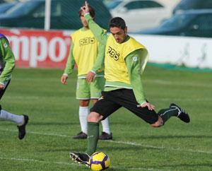 Betis: Arzu golpea el balón durante un entrenamiento