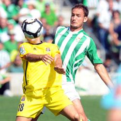 Betis: Carlos García defiende a un jugador del Cartagena en el Ruiz de Lopera
