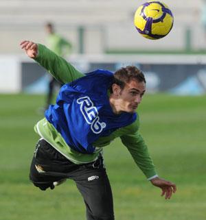 Betis: Carlos García toca de cabeza un balón en un entrenamiento