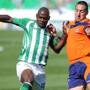 Betis: Emana intenta disputar un balón frente a un jugador del Gerona
