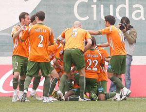 Los jugadores celebran el gol de Pereira