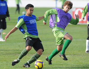 Betis: Iriney toca un balón en un entrenamiento seguido de Cañitas