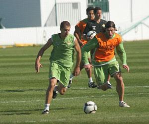 Betis: Juanma arranca con el balón en un entrenamiento de esta temporada