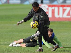Betis: Ricardo realiza un saque en un entrenamiento