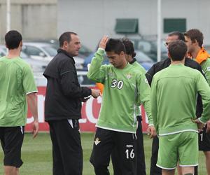 Victor da instrucciones a sus jugadores en el entrenamiento de ayer