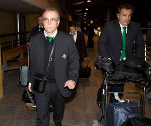 Betis: Tapia, junto al psicólogo del equipo, a la llegada anoche a Sevilla
