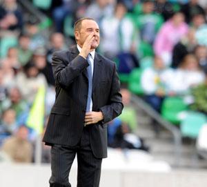 Betis: Víctor alecciona a los suyos desde la banda durante un partido