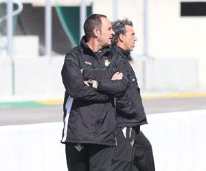 Betis: Víctor observa junto a Oli el partidillo de ayer ante el filial