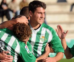 Betis: Gavilán celebra esta temporada un gol con sus compañeros del B