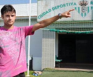 Betis: Dorado posa para ABC de Sevilla en la Ciudad Deportiva bética