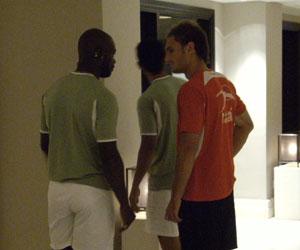 Betis: Emana saluda a Carlos García en el vestíbulo del hotel