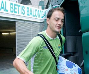 Betis: Nano sube al autocar bético para el traslado a La Manga