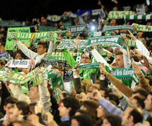 Betis: Aficionados del Betis animan al equipo durante un partido
