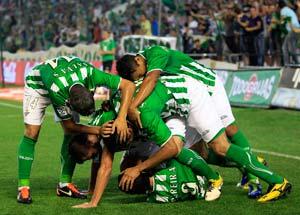 Los jugadores verdiblancos celebran un gol