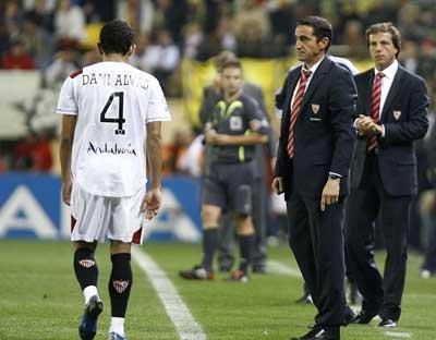 Sevilla FC: Alves se dirige al vestuario tras ser expulsado