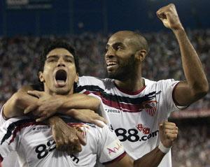 Sevilla FC: Renato y Kanouté celebran el tanto del brasileño que sellaba la victoria sevillista en el derbi en Nervión del año pasado