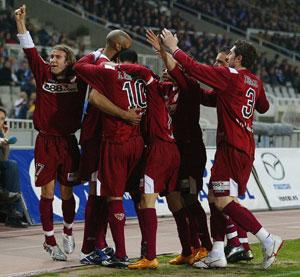 Sevilla FC: El equipo celebra uno de los goles marcados en Monjuic la pasada campaña