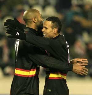 Sevilla FC: Kanouté y Luis Fabiano se abrazan tras el gol del malí