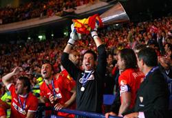 Sevilla FC: Palop levantando la UEFA de Glasgow