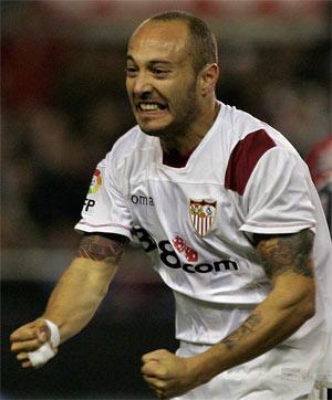 Sevilla FC: Chevantón, en el partido contra Osasuna antes de caer lesionado