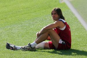 Sevilla Fc. Javi Navarro sentado en el césped de la ciudad deportiva