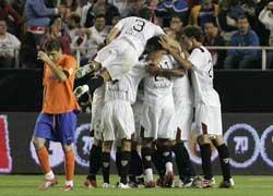 Sevilla FC: Los jugadores sevillistas celebran uno de los goles logrados frente a su rival de hoy en el partido de la primera vuelta