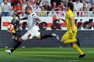 Sevilla FC: Luis Fabiano dispara para lograr el primer gol de la tarde