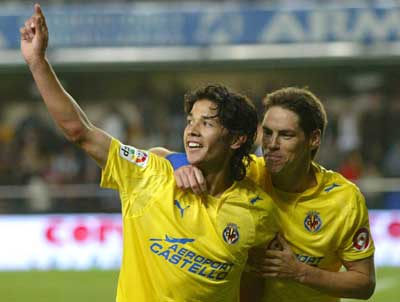 Sevilla FC: Los verdugos del Sevilla, Matías Fernández y Guille Franco, celebran el tercer tanto castellonense