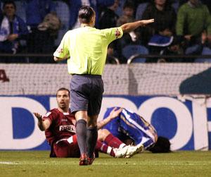 Sevilla FC: Maresca mira a Muñiz Fernández en el momento en que éste señala el punto de penalti