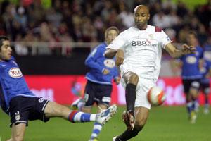 Sevilla FC: Kanouté trata de legar a un balón durante el partido