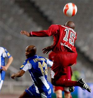Sevilla FC: Mosquera se anticipa en un balón aéreo