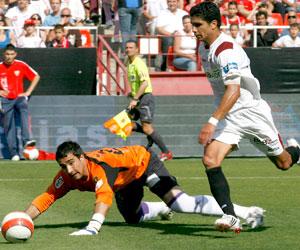 Sevilla FC: Renato regatea a Asenjo para hacer el segundo gol del partido