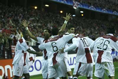 Sevilla FC: Los jugadores sevillistas se abrazan tras uno de los goles frente al Arsenal