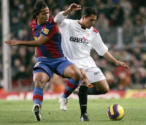 Sevilla FC: Adriano pugna un balón con Do Santos