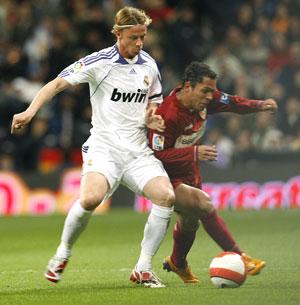 Sevilla FC: Guti y Adriano luchan por un balón durante el partido